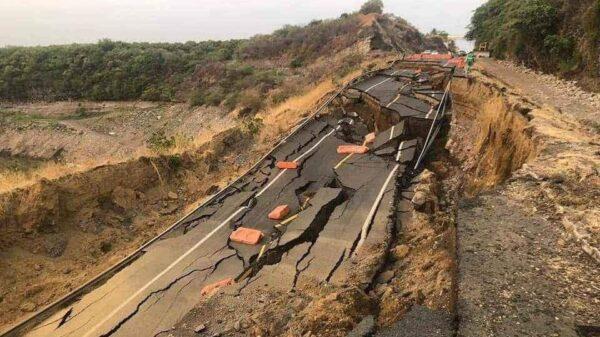 Colapsa tramo de la Autopista Siglo XXI en Michoacán.