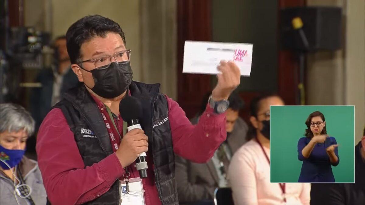 El reportero Hans Salazar denunciando la entrega de tarjetas en el municipio de Guadalajara, administrado por el partido Movimiento Ciudadano.