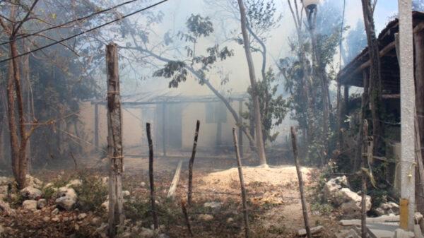 Fuego arrasa con dos palapas en invasión de Tulum
