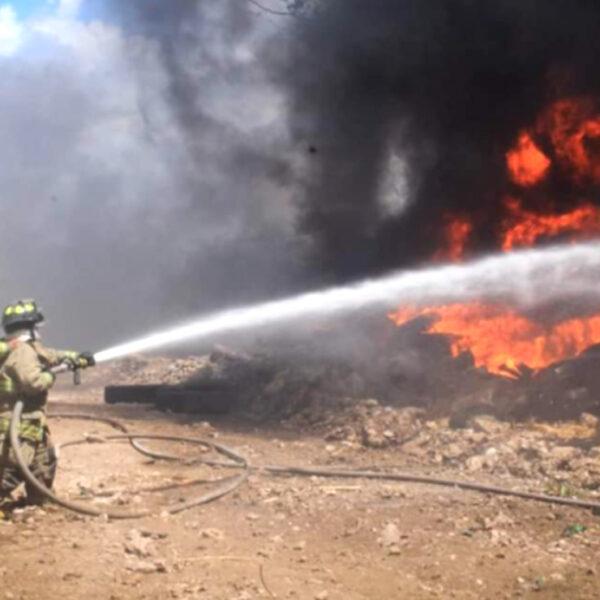 Voraz incendio arrasa deposito de llantas en Playa Del Carmen