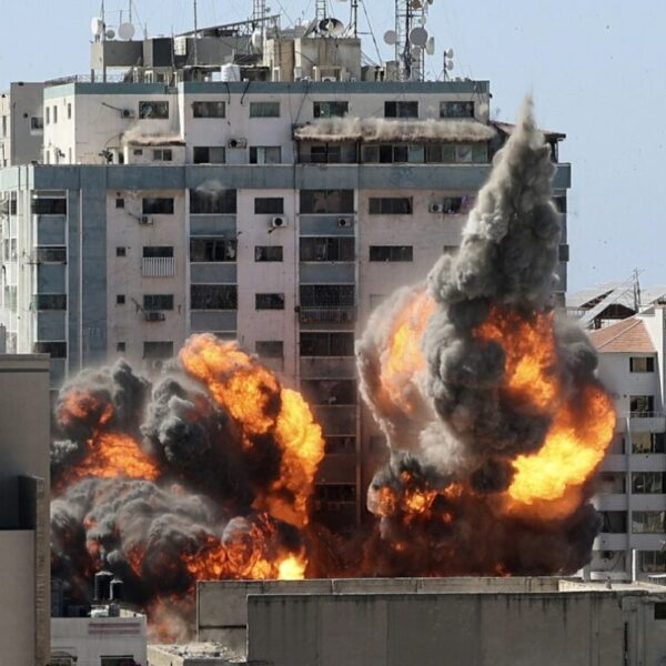 Israel bombardea edificio de agencia AP en Cisjordania