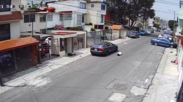 Sujeto lanza del auto a su novia en Edomex