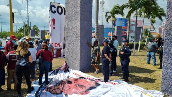 Impiden colocar manta en la glorieta del albañil en Cancún