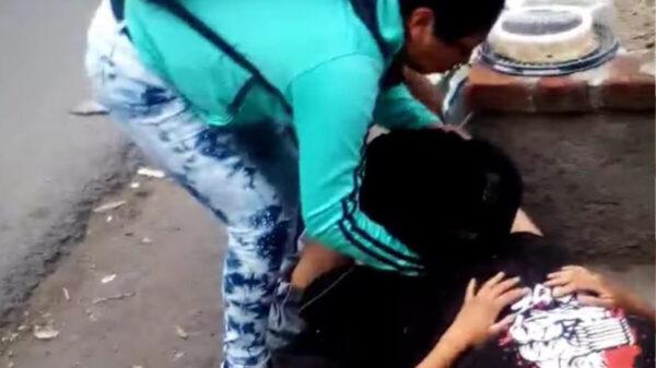 Por falta de atención, mujer da a luz afuera del hospital