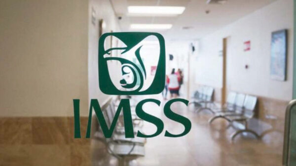 ¡Otra negligencia del IMSS! Mujer tiene a su bebé en la vía pública