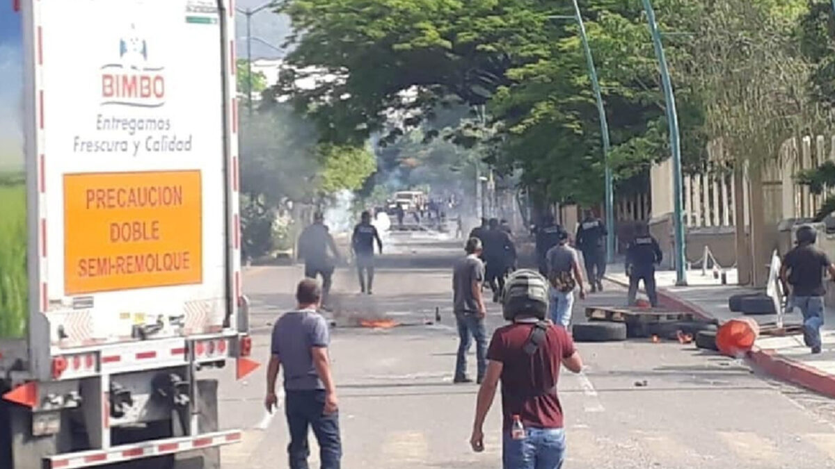Detienen a 95 normalistas en Chiapas tras bloqueos