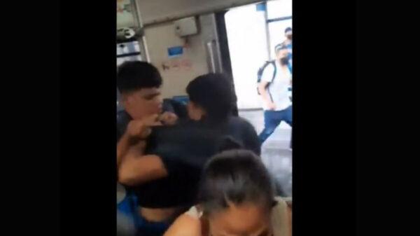 Jóvenes se agarran a golpes en el Metro de Monterrey