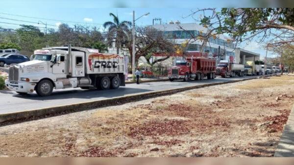 Se manifiestan en Cancún volqueteros por ley de movilidad