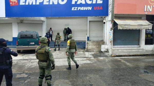 Colocan supuesta bomba y asaltan casa de empeño, en Veracruz