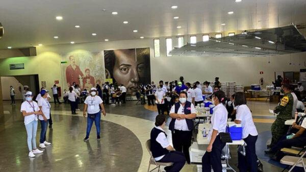 Reciben vacunas contra Covid-19 maestros de Guanajuato; dos se desmayan