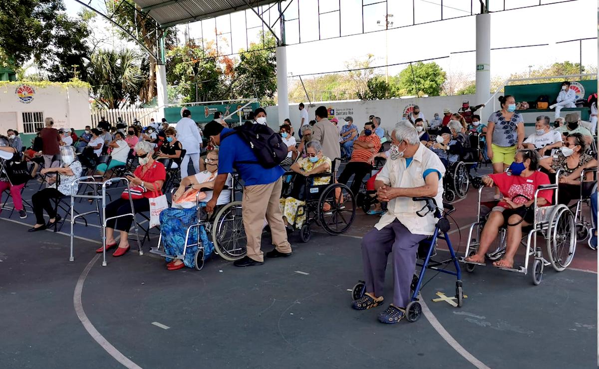 Tranquila jornada de vacunación covid a abuelitos en Cancún
