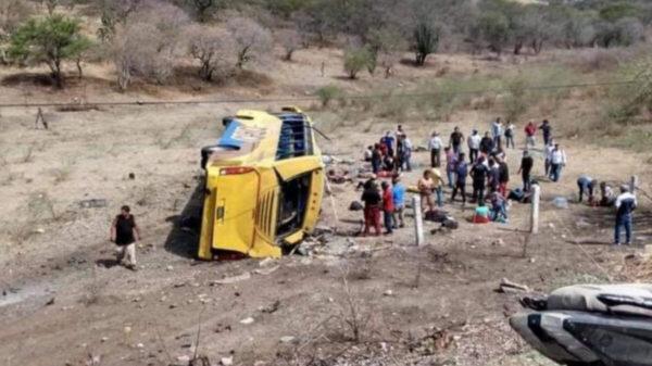 Vuelca camión de pasajeros en Puebla; 6 muertos y 24 heridos