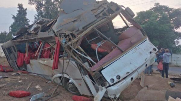 Reportan 17 jornaleros lesionados tras volcarse camión, en Michoacán
