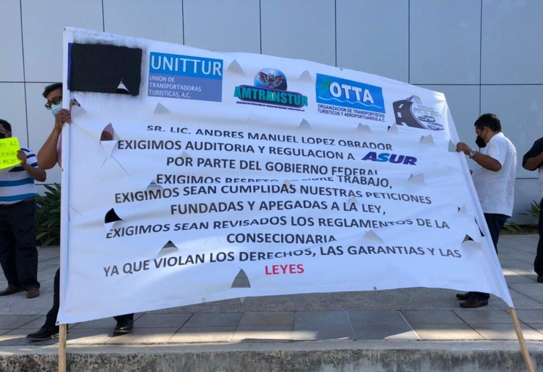 Cancún: Protestan transportistas del aeropuerto por 'cobro de piso' de Asur; 27 pesos paga cada unidad por ingresar a la terminal aérea.