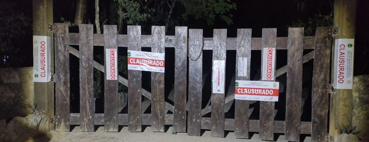 Tulum: Clausuran otra fiesta clandestina en una caverna en selva de Akumal; autoridades colocaron sellos de clausura en el lugar..