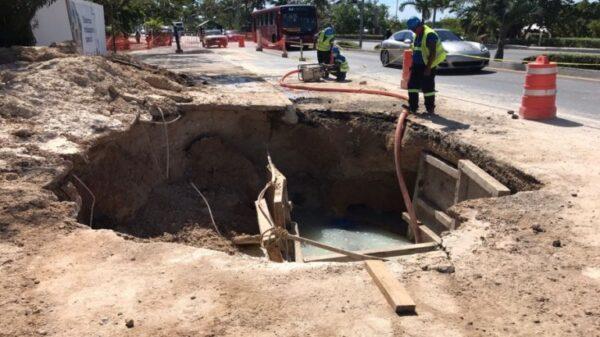 Por fuga de agua aparece socavón en plena Zona Hotelera de Cancún.