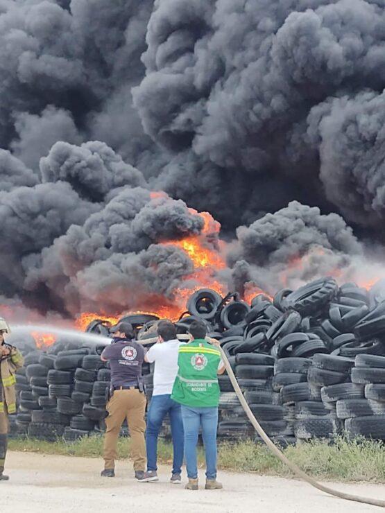 Arden cientos de llantas en el antiguo basurero de Cancún (VIDEO): esta situación fue reportada desde anoche a los bomberos.