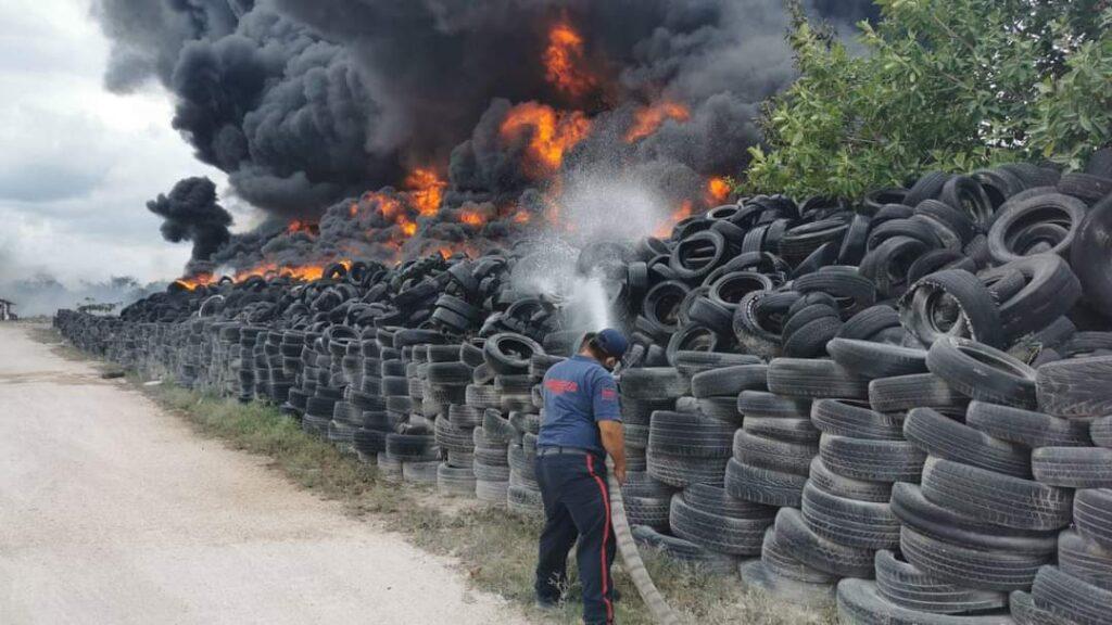 Arden cientos de llantas en el antiguo basurero de Cancún (VIDEO).