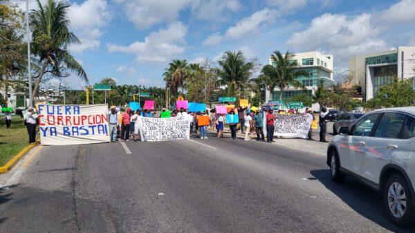 Bloquean habitantes de colonias irregulares entrada a la Zona Hotelera de Cancún.