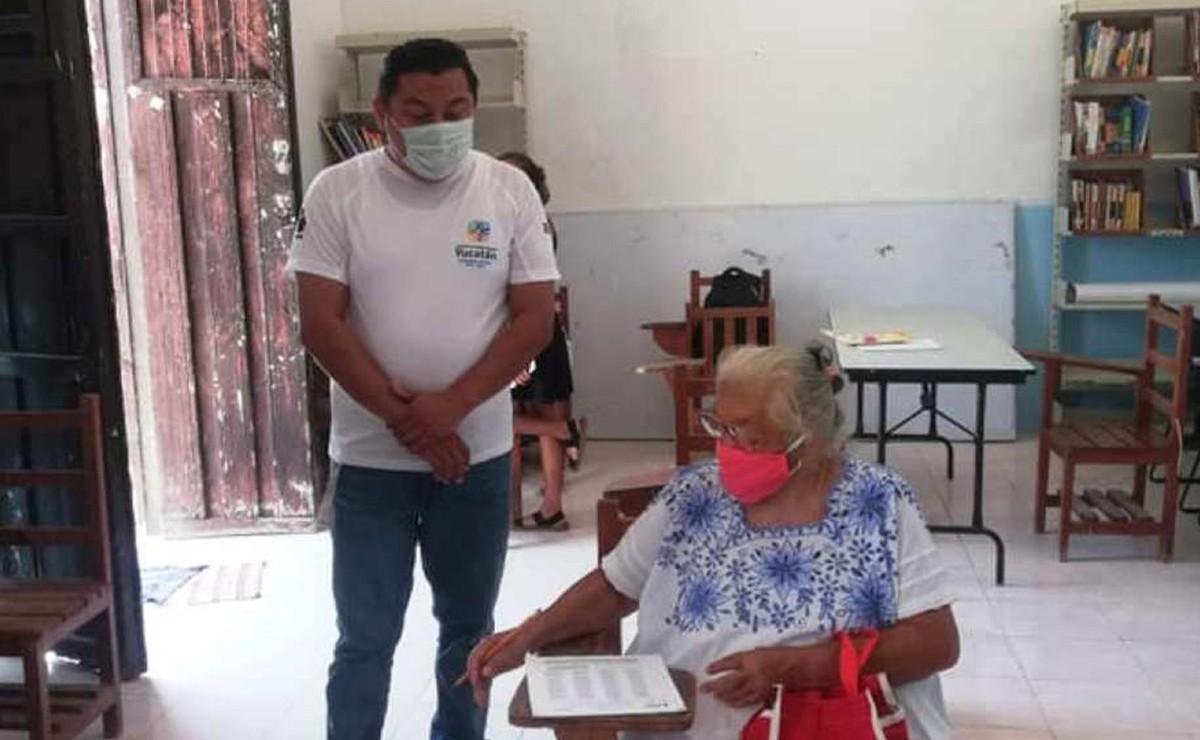 Abuelita se hace viral a sus 71 años por concluir su primaria en Yucatán