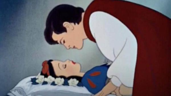 Las críticas de la atracción de Blancanieves en Disneyland Resort, se han concentrado en el beso no consensuado del príncipe