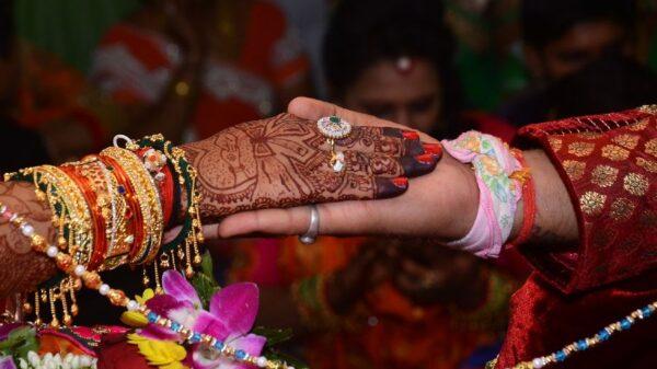 Dicen por ahí que no hay mal que por bien no venga, sino pregúntenle a una novia de la India que fue plantada en el altar por su prometido y se casó con el padrino