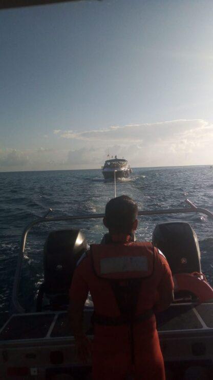 """Rescata la marina a yate con 6 tripulantes en Isla Mujeres; la embarcación """"Bleu"""" quedó a la deriva por la falta de combustible a 3 millas."""