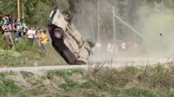 La carrera de un rally amateur estuvo a punto de terminar en una tragedia, cuando un auto casi embiste a los espectadores