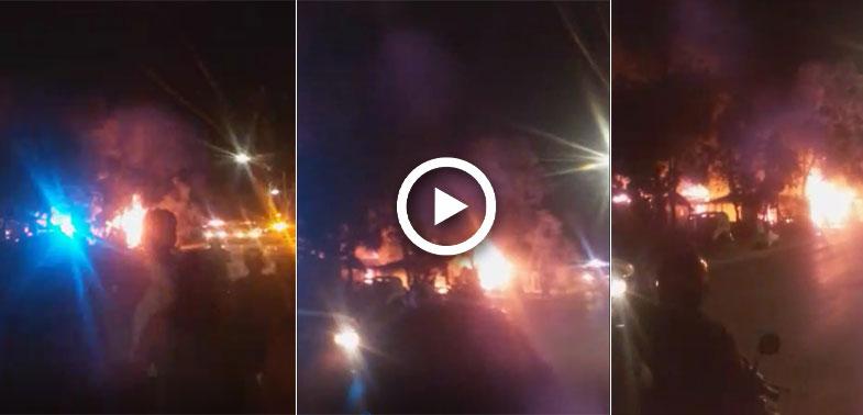 Pavoroso incendio arrasa con palapas en zona de invasión en Tulum (VIDEO).