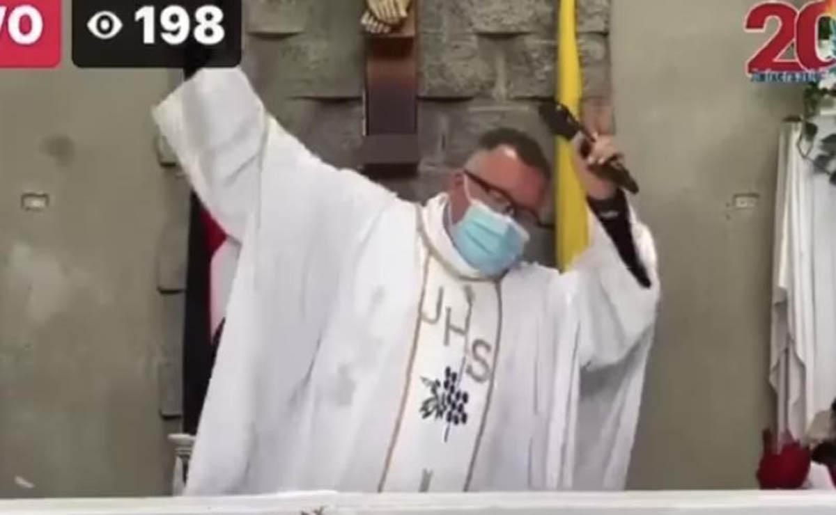Un sacerdote de Costa Rica se viraliza por entonar durante la misa una original canción contra el Covid-19