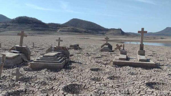 Ante la grave sequía de la región, quedó al descubierto en un panteón sumergido tras la construcción de una presa, ubicada en Sinaloa
