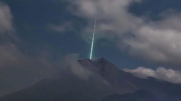 Las imágenes del momento en que un meteoro ilumina repentinamente el cielo de Indonesia y cae sobre el volcán Merapi, se viralizan en redes sociales