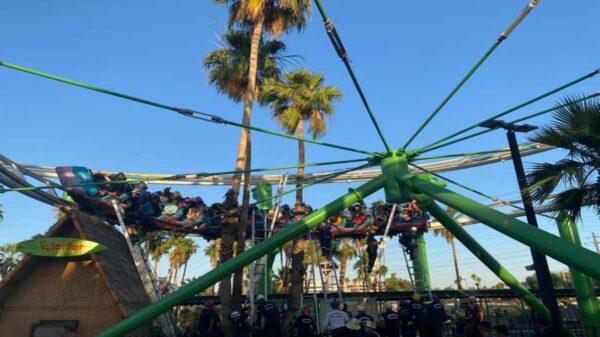 En un parque de atracciones en Phoenix, Arizona, un grupo de 22 personas quedaron atrapados en una montaña rusa a 6 metros de altura