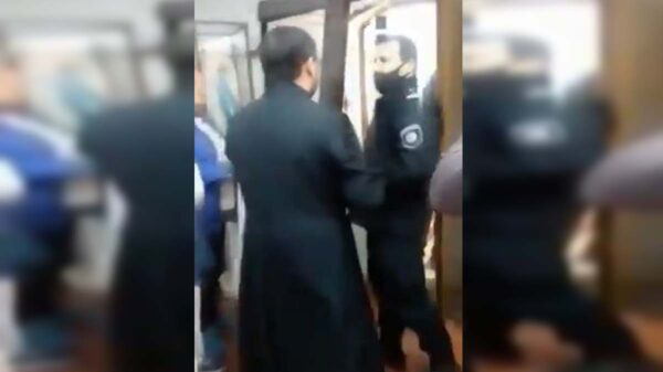 La reacción de un sacerdote se viraliza generando toda clase de comentarios, ya que intentó sacar a los policías usando un método poco convencional