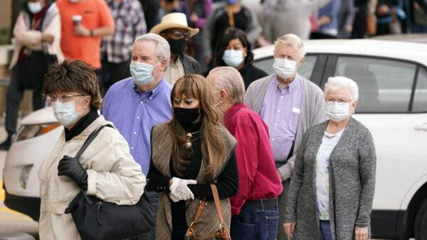 Las autoridades sanitarias de Estados Unidos, levantaron la recomendación del uso del cubrebocas para los estadounidenses vacunados contra el Covid-19