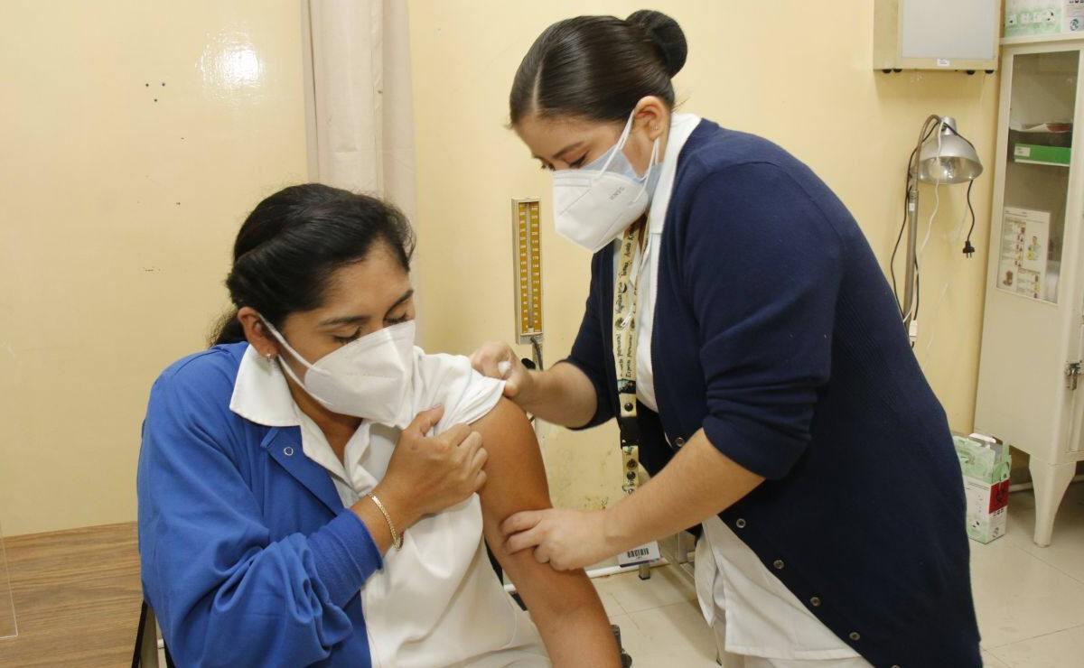 Anuncian fechas de vacunación contra Covid-19 para personal de salud que falta en Yucatán