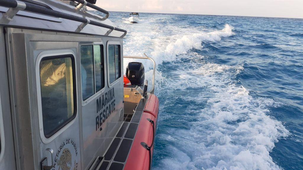 Isla Mujeres: Rescata la Armada de México a embarcación con cuatro tripulantes; una falla en el motor los dejó a la deriva a 13 km al noreste