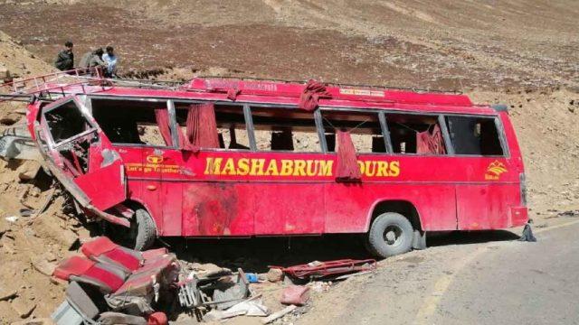 Al menos 20 muertos y 50 heridos en un accidente de autobús en Pakistán; la unidad transitaba con sobrecupo y a exceso de velocidad.