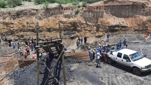 Rescatan más cuerpos de mineros sepultados por derrumbe.