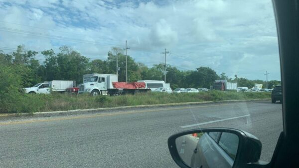 Afecta a miles de automovilistas socavón en la carretera a Playa del Carmen.
