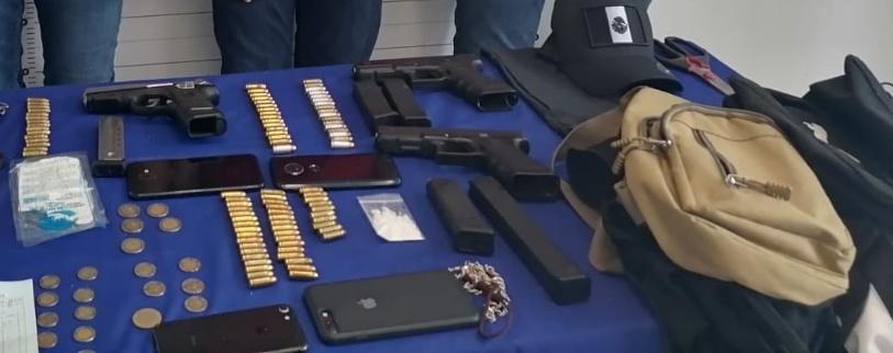 Detiene la Policía de Cancún a tres pistoleros; profirieron insultos a los uniformados a bordo de un vehículo.