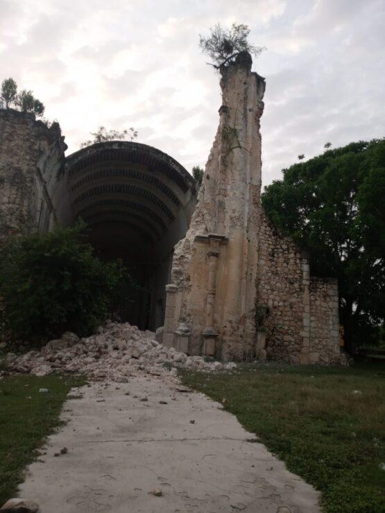 Colapsa fachada de la histórica iglesia de Tihosuco; exceso de humedad sería la causa del debilitamiento de la estructura.