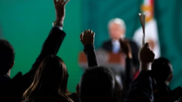 Propondrá AMLO elección en sindicato de Pemex vía celular