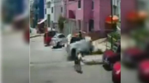 Video: Ebrio arrolla y mata a dos menores sobre una calzada