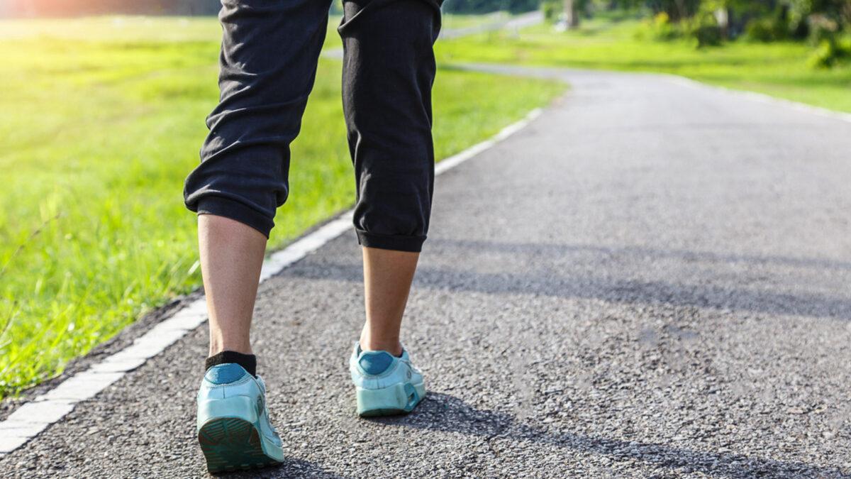 Expertos afirman que caminar ayuda a bajar de peso