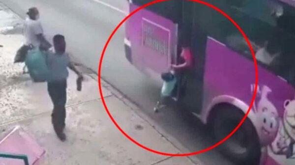 Camión de pasajeros arrastra a un menor, en Monterrey