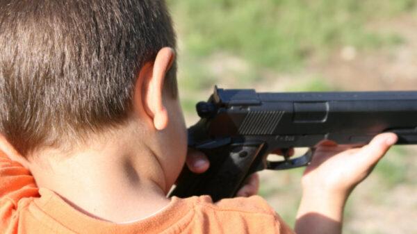 Menor de edad asesina a su hermano con una pistola, en Puebla