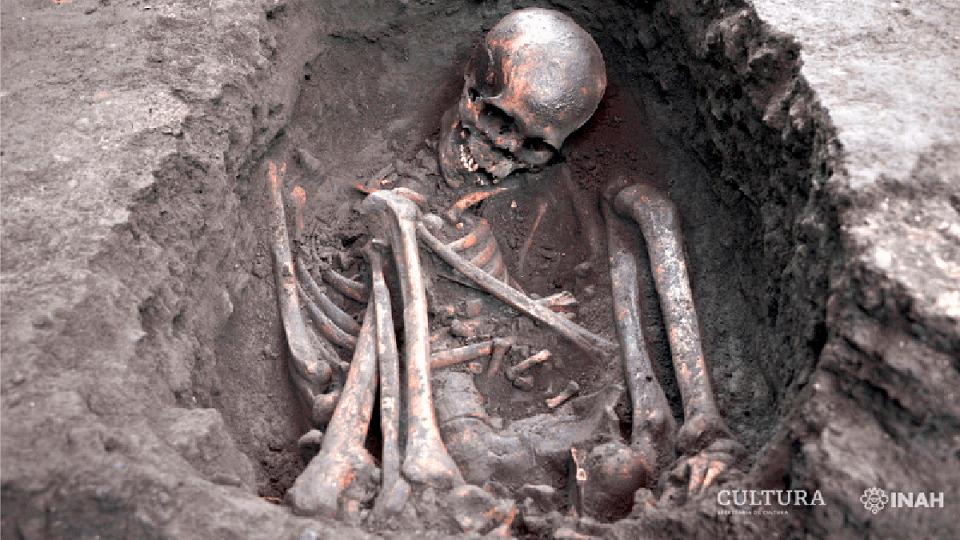 Descubren en Xochimilco 17 entierros prehispánicos; arqueólogos del INAH trabajan en un pedio del Centro Deportivo Xochimilco.
