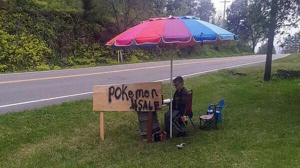 Enferma su perrito y niño vende sus cartas de pokemon para ayudarlo