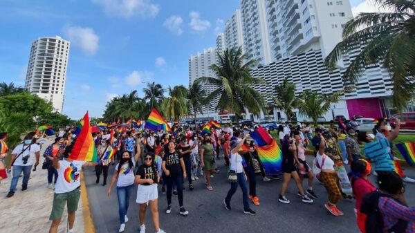 Con marcha multitudinaria, celebran día del orgullo LGTBQ+ en Cancún